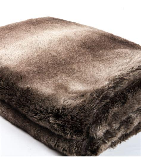 couvre lit fausse fourrure marron table de lit
