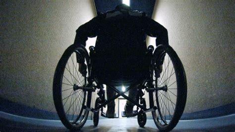 le faux handicap 233 se l 232 ve de fauteuil roulant pour frapper l huissier infos vivre fm