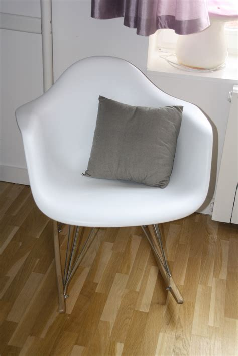 fauteuil a bascule blanc photo 4 18 fauteuil a bascule blanc avec petit coussin tissu