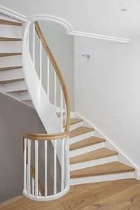 Holz Treppenstufen Erneuern : geschlossene wangentreppe ber 4 etagen wangen st be und setzstufen wei endlackiert stufen ~ Markanthonyermac.com Haus und Dekorationen