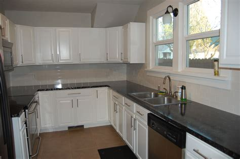 white kitchen cabinets with slate backsplash quicua