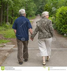 Hand In Hand Gehen : ltere paare die hand in hand gehen lizenzfreie stockfotografie bild 5556467 ~ Markanthonyermac.com Haus und Dekorationen