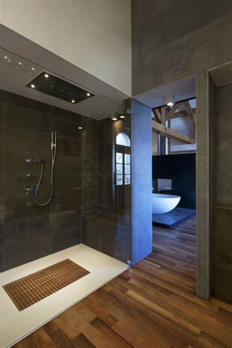 le parquet stratifi 233 dans la salle de bains est une d 233 coration du sol fonctionnelle