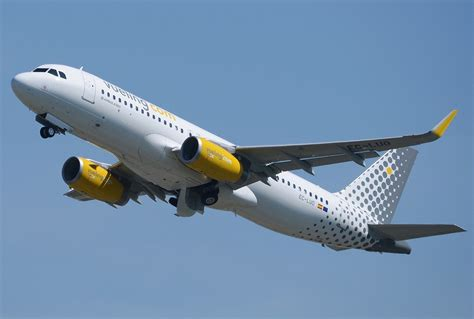 File:Vueling Airlines Airbus A320-232.jpg - Wikimedia Commons