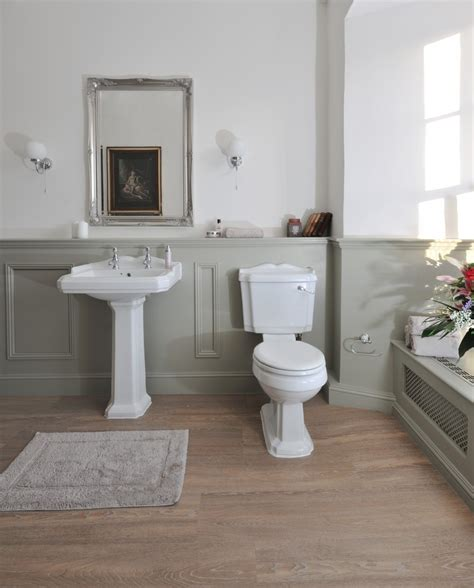 Raisedpanelwallsbathroomtraditionalwithchairrail