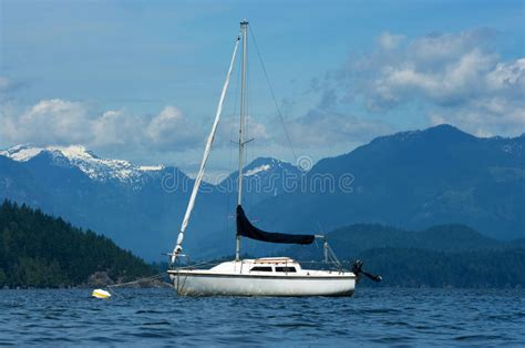 Zeilboot Foto by Zeilboot En De Bergen Stock Afbeelding Afbeelding