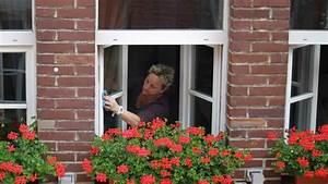 Streifenfrei Fenster Putzen : richtig fenster putzen streifenfrei reinigen leicht gemacht wohnen ~ Markanthonyermac.com Haus und Dekorationen