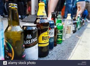 Leere Flaschen Für Likör : leere alkohol flaschen und dosen entlang der stra e am st patrick es day feiern london uk ~ Markanthonyermac.com Haus und Dekorationen