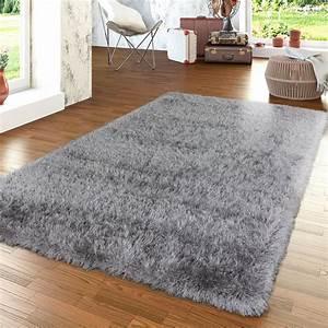 Teppich Wohnzimmer Grau : moderner wohnzimmer hochflor teppich shaggy einfarbig mit glitzergarn in grau hochflor teppich ~ Markanthonyermac.com Haus und Dekorationen