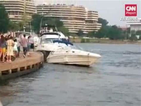 Dc Police Boat by Video Washington D C Police Boat Crashes Into Two Parked