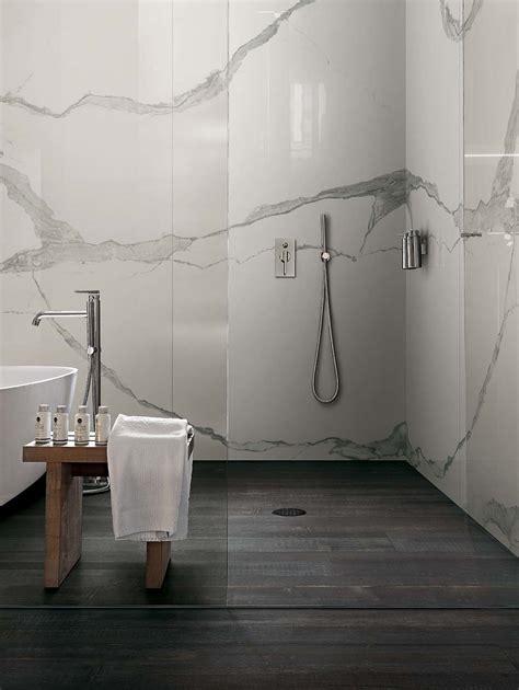carrelage de salle de bain aspect parquet noir et marbre blanc vein 233 scala statuario compo 1