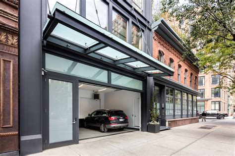 Tribeca 'suburban' Mansion With Pool And Threecar Garage