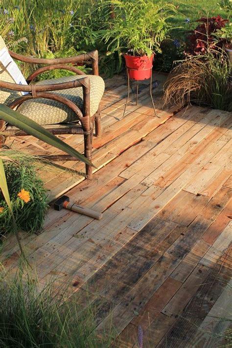 r 233 aliser une terrasse 233 ph 233 m 232 re en bois de palettes pour suivre votre transat au jardin passeur