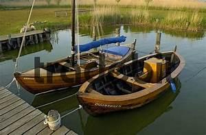 Klassische Brettspiele Aus Holz : zwei klassische segelboote aus holz liegen im hafen von althagen be ~ Markanthonyermac.com Haus und Dekorationen
