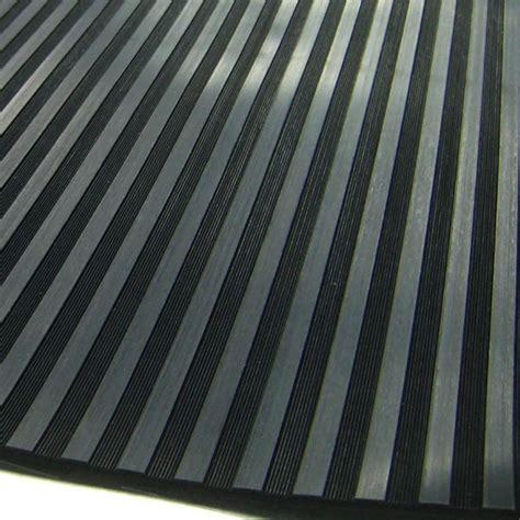 tapis de sol en caoutchouc noir stries larges
