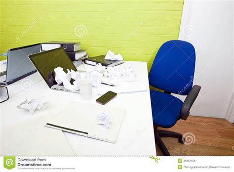 papier chiffonn 233 au dessus d ordinateur portable sur le bureau avec la chaise et les dossiers