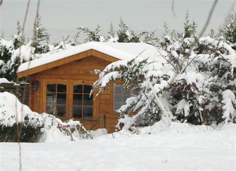 chalet en bois sous la neige