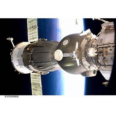 Space in Images - 2009 08 Soyuz spacecraft docked to