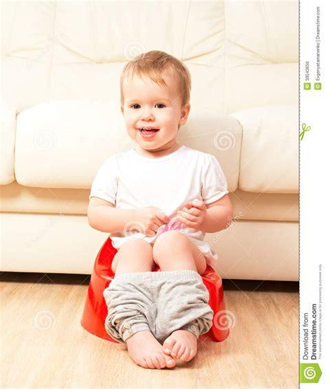b 233 b 233 s asseyant sur le pot dans la toilette photo stock image 39543650