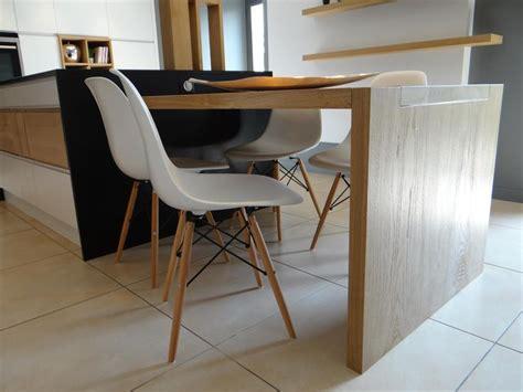 la table de cuisine en bois clair prolonge l 238 lot central