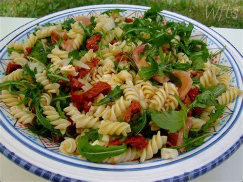 salade de pates tomate roquette jambon parmesan