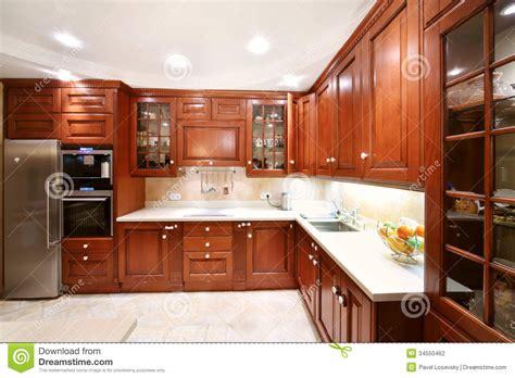 placards en bois simples de cuisine partie sup 233 rieure du comptoir r 233 frig 233 rateur photo stock