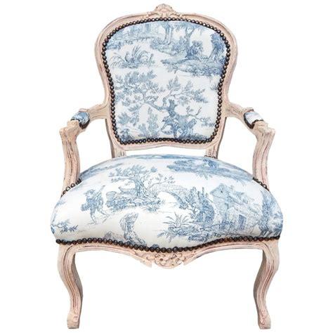 fauteuil de style louis xv tissu toile de jouy bleu et bois beige