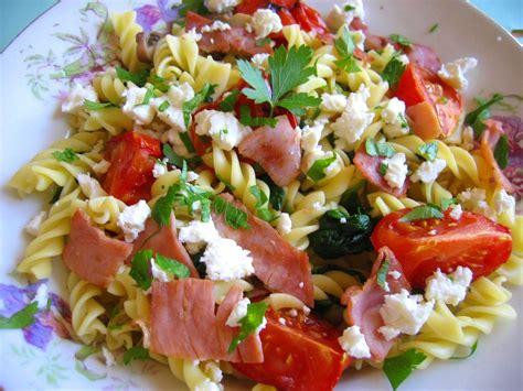 salade de p 226 tes froides et tomate r 244 tie l assiette de mimosa