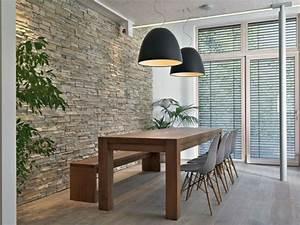 Moderne Esszimmer Lampen : natursteinwand im wohnzimmer im landhausstil gestalten ~ Markanthonyermac.com Haus und Dekorationen