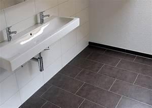 Boden Für Badezimmer : badezimmer mit hellem und dunklem plattenbelag ~ Markanthonyermac.com Haus und Dekorationen
