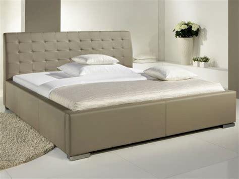lit design taupe avec tete de lit matelassee izac 180x200 cm