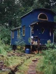 Dauerhaftes Wohnen Im Wohnwagen Auf Eigenem Grundstück : blauer bauwagen bauwagen pinterest bauwagen blau und zirkuswagen ~ Markanthonyermac.com Haus und Dekorationen