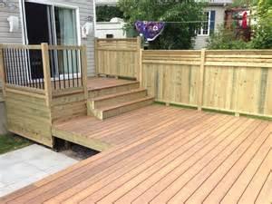 nivrem patio bois traite brun diverses id 233 es de conception de patio en bois pour votre