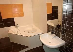 Eckbadewanne Fliesen Bilder : modernes badezimmer wei gefliest aufgelockert mit farbigen orangen und schwarzen fliesen ~ Markanthonyermac.com Haus und Dekorationen