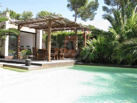 maison exotique pour des vacances inoubliable en location maison en bois avec piscine jardin exotique pour