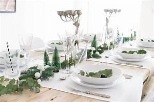 Esstisch Weihnachtlich Dekorieren : minimalistische tischdeko f r weihnachten ~ Markanthonyermac.com Haus und Dekorationen