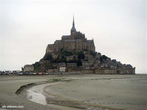baie du mont michel avec le mont michel et le parking