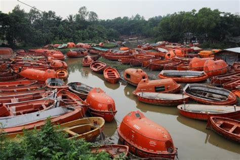 Kleine Reddingssloep by In Bangladesh Slopen Ze Onze Olietankers Met Hun Blote Handen