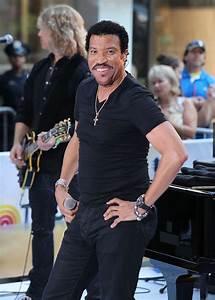 Lionel Richie Photos Photos - Lionel Richie Dances on the ...