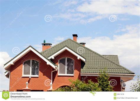 le toit vert de la maison avec la fen 234 tre et le bleu gentils photo stock image 68511678